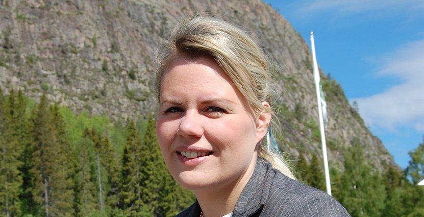 Maria Lundkvist är ny chef för turistservicen i de fyra Höga Kusten-kommunerna. I bakgrunden skymtar Skuluberget – ett smultronställe för henne.