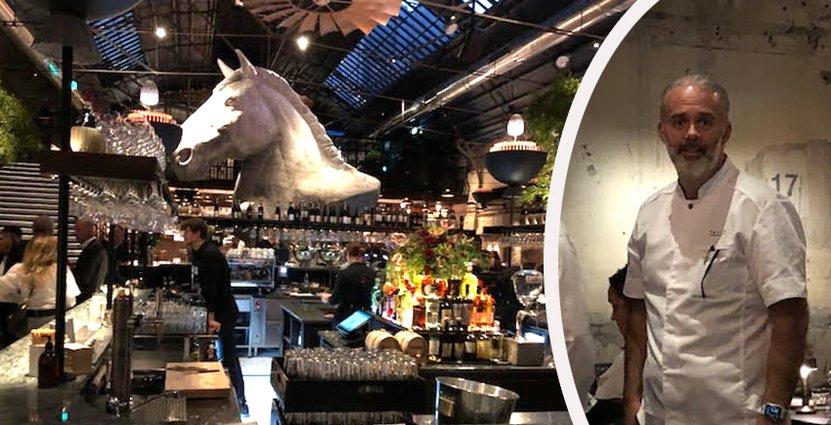 Ett gigantiskt hästhuvud hänger i mitten, skapat av Peter Apelgren. Foto: Besöksliv