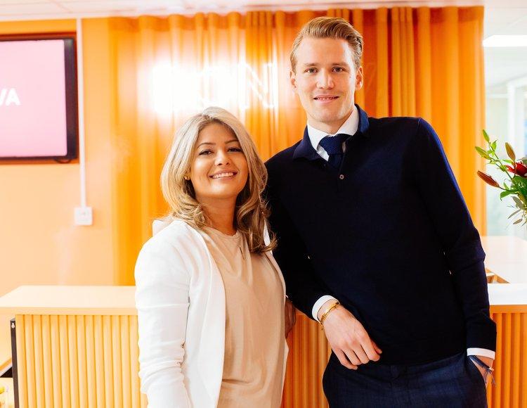 Lara Mashan och Filip Nilén står i Bonlivas lokaler med loggan i bakgrunden.