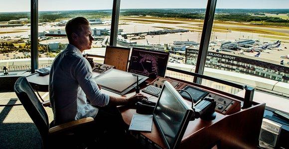 Högt ovanför Arlanda flygplats har Martin och hans flygledarkollegor en 360 graders vy över starter och landningar.