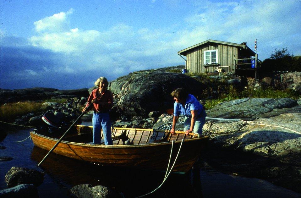 Tove Jansson och Tuulikki Pietilä i sin båt under någon av alla somrar på Klovharun. Foto: © Moomin Characters™
