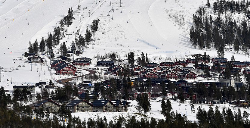 Om drygt två månader inleds vintersäsongen i Idre Fjäll. Bakom den tidiga starten ligger stora investeringar i snöläggning – och att man sparat 250 000 kubikmeter snö.