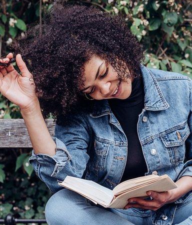 Redaktionens boktips: Det här läser och lyssnar vi på i mars
