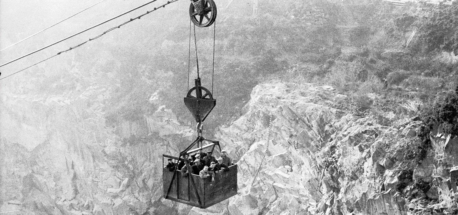 <p>Un Blondin transporta a los trabajadores desde el fondo de una cantera en Gales.</p>