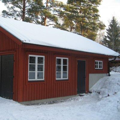 Garage med lecamur i bakkant